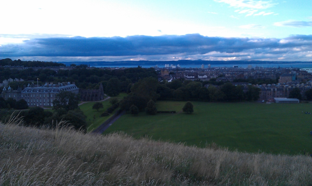 Palace of Holyroodhouse si gradinile lui vazute de pe Crags